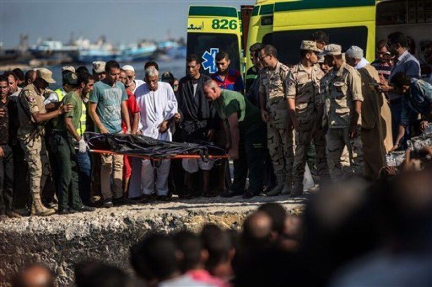 Un total de 115 cadáveres han sido recuperados de las aguas del Mediterráneo frente a la costa de Egipto, tres días después de que naufragó el barco que los llevaba a Europa, informó el viernes un alto funcionario egipcio.