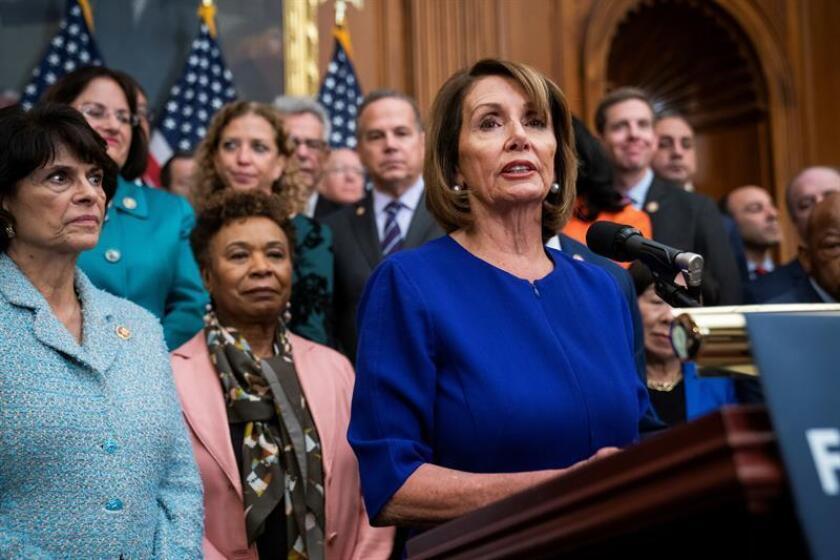 """El líder de la minoría demócrata en el Senado, Chuck Schumer, y la presidenta de la Cámara Baja, Nancy Pelosi (imagen), se refirieron a la decisión de las cadenas de televisión de transmitir el mensaje de Trump y pidieron un trato igualitario en caso de que esté lleno de """"malicia y desinformación"""". EFE/Archivo"""