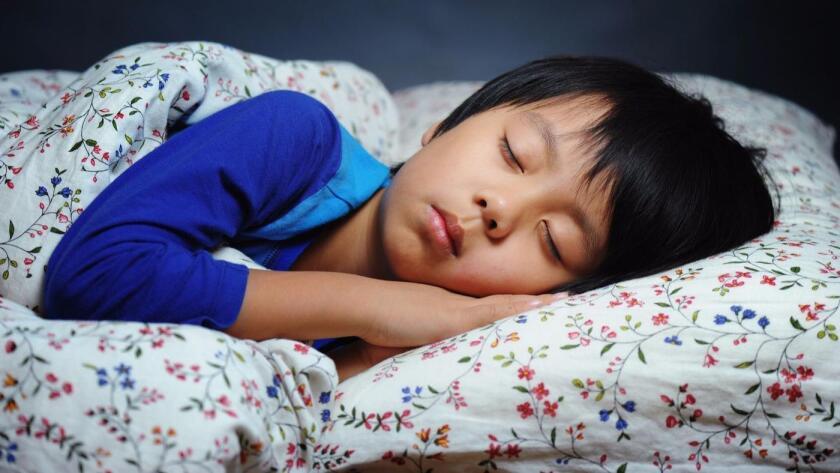 Si quiere que su hijo duerma bien, retire del dormitorio los teléfonos inteligentes, las tabletas y cualquier otra pantalla (Fotolia).