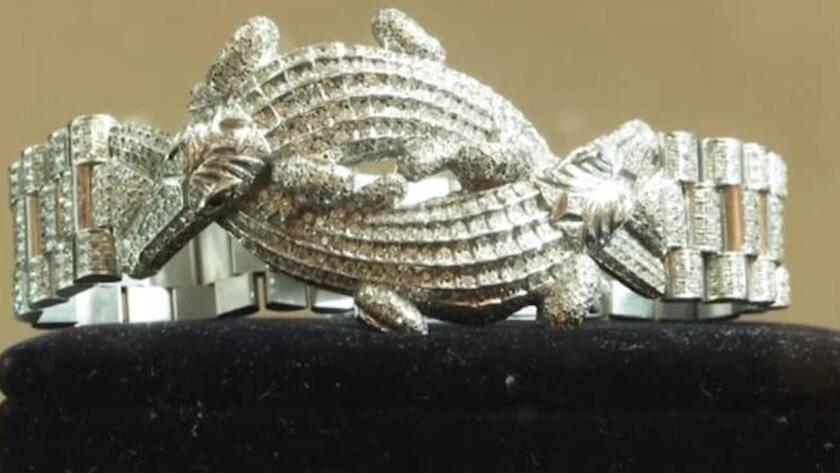 Brazalete de oro blanco adornado con cocodrilos y 1,331 diamantes incrustados, una de las joyas incautadas por el gobierno mexicano.
