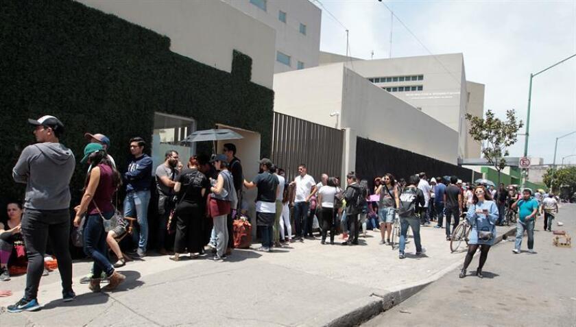 Decenas de personas acuden a votar hoy, domingo 1 de julio de 2018, en Ciudad de México (México). Los 89 millones de mexicanos que están en el censo electoral elegirán con su voto a 3.400 cargos públicos, entre ellos el de presidente del país, 128 senadores, 500 diputados, ocho gobernadores y el jefe de Gobierno de la Ciudad de México. EFE