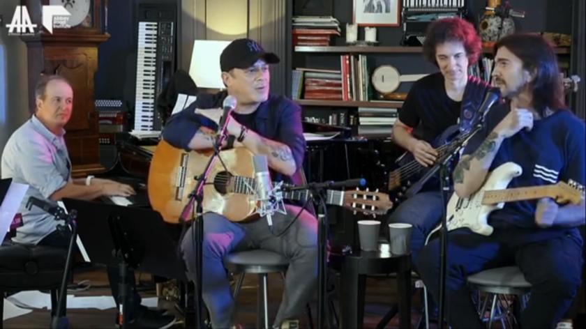 Juanes y Alejandro Sanz en su recital por Youtube Live.