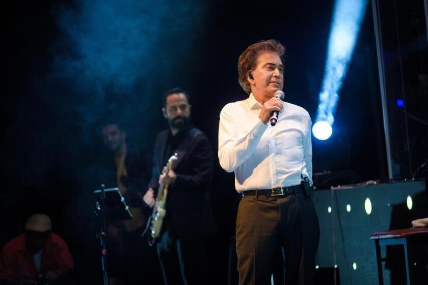 """El cantante venezolano José Luis Rodríguez """"El Puma"""" canta durante el concierto de inicio de su gira """"Agradecido"""", en The Fillmore en Miami Beach, Florida (Estados Unidos), el 12 de mayo de 2019. EFE/Andy Ale/Archivo"""