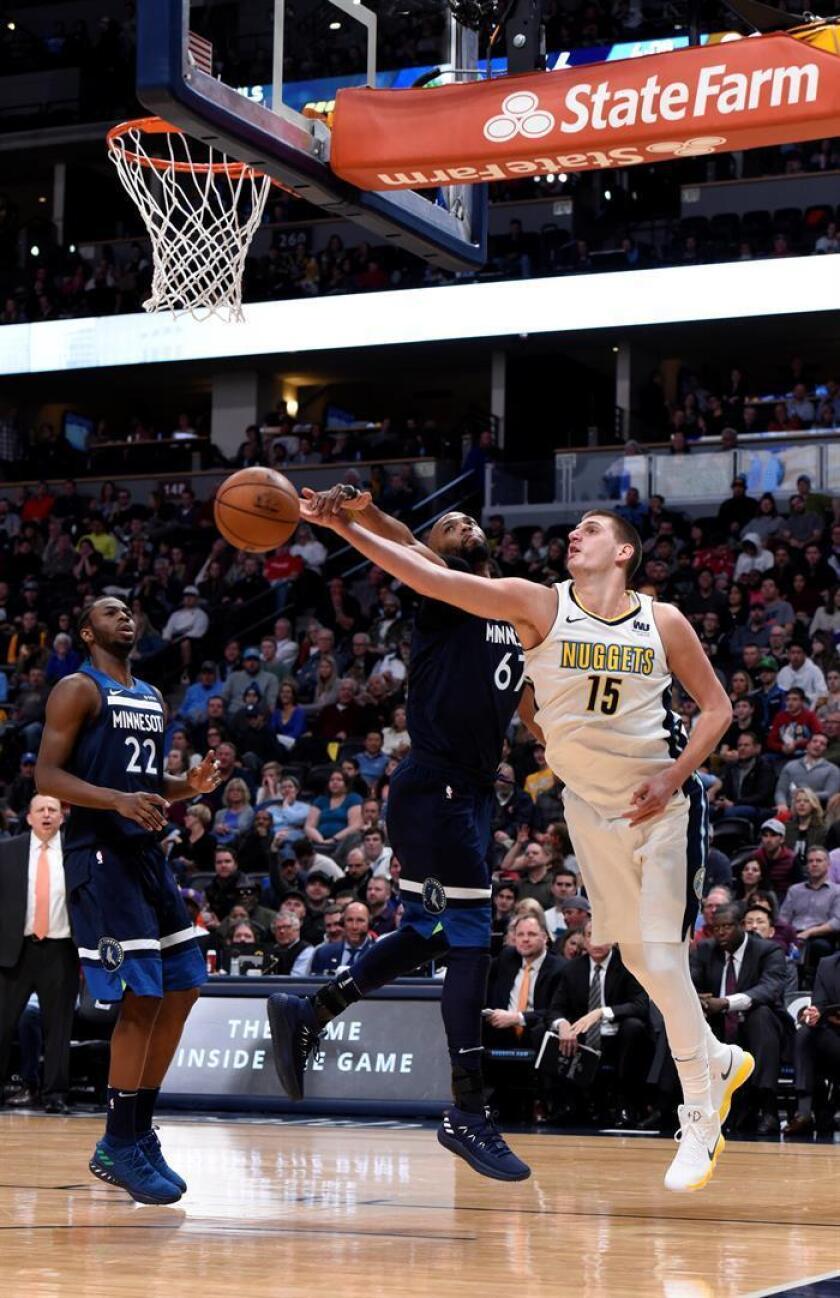 Nikola Jokic (d) de Denver Nuggets en acción ante Taj Gibson (c) y Andrew Wiggins (i) de Minnesota Timberwolves durante un juego de la NBA entre Denver Nuggets y Minnesota Timberwolves en Pepsi Center en Denver (EE.UU.) el pasado miércoles. EFE