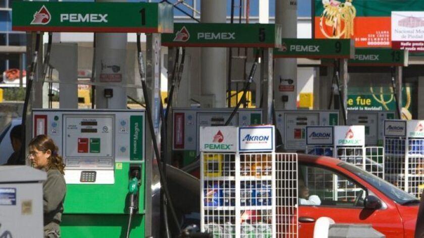 """Problemas en el suministro de combustible han generado que automovilistas tengan que hacer colas de hasta tres horas para adquirir el producto y la compañía estatal Petróleos Mexicanos (Pemex) pidió que la gente no realice """"compras de pánico""""."""