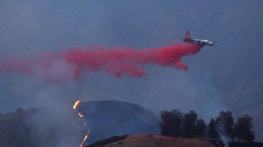 El 25 de junio, un avión rocía un retardador de llamas sobe el incendio de Sterling en las colinas de San Bernardino.