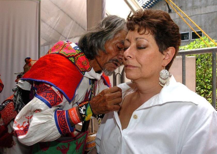 Algunos indígenas de México rechazan ser tratados por doctores convencionales. Para abordar este fenómeno, un centro sanitario del municipio de Amealco creó una unidad de medicina tradicional con curanderos y parteras, que ha tenido muy buena acogida entre la población indígena. EFE/ARCHIVO