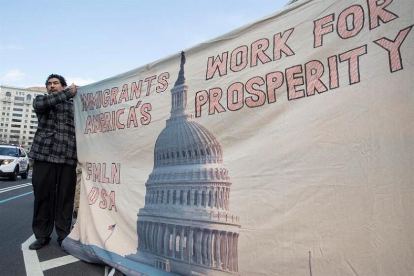 """Un manifestante sostiene un cartel en el que se lee: """"Los inmigrantes trabajan por la prosperidad de Estados Unidos"""", durante una marcha realizada en apoyo al evento """"Un Día Sin Inmigrantes"""" hoy, jueves 16 de febrero de 2017, en Washington, DC (EE.UU.). EFE"""