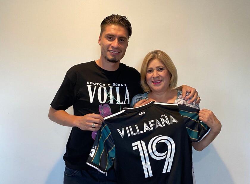 Jorge Villafaña junto a su madre, Juana.