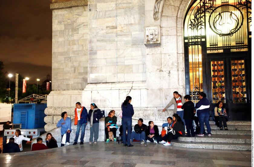 Miles de capitalinos se dieron cita en Bellas Artes para rendir tributo a Juan Gabriel.