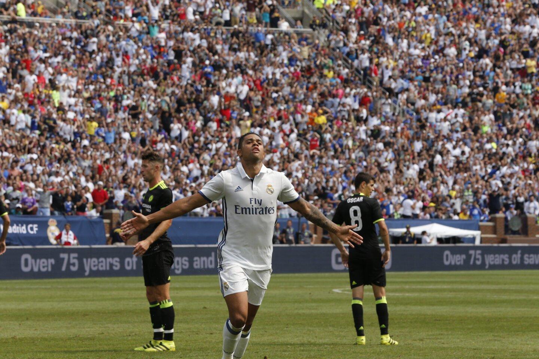 El jugador Mariano Díaz del Real Madrid celebra la anotación de un gol ante el Chelsea durante un partido entre el Real Madrid y el Chelsea FC del International Champions Cup que se realiza en el estadio Michigan en Ann Arbos, Michigan.