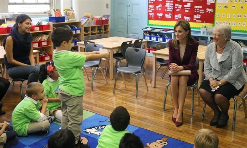 La reina Letizia, durante su visita al colegio Dos Puentes, ubicado en la zona hispana de Harlem, en Nueva York, que imparte sus clases con un programa de contenidos en idioma español a una parte o a la totalidad de sus alumnos. EFE/Archivo