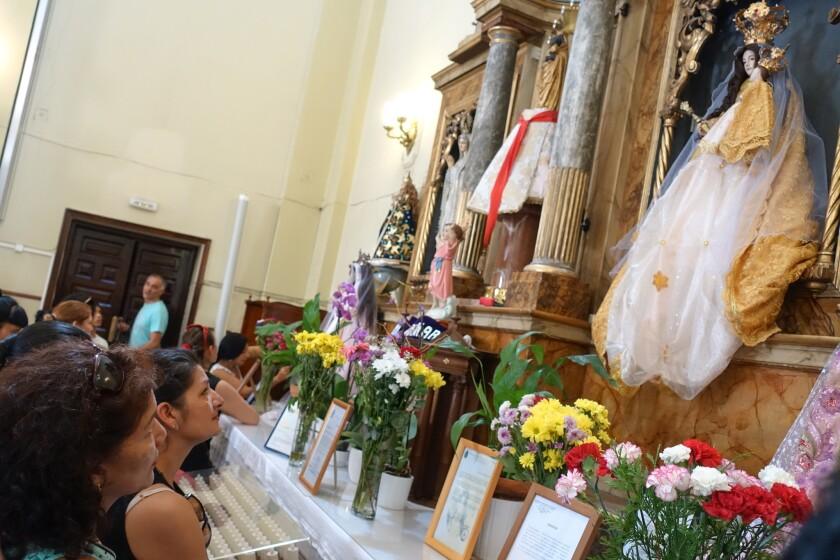 Para muchas familias latinoamericanas en España, volver a su país es un sueño difícil de realizar. Pero para la comunidad inmigrante en Madrid, la Parroquia de San Lorenzo es el sitio para sentirse cerca de casa en estas fechas.