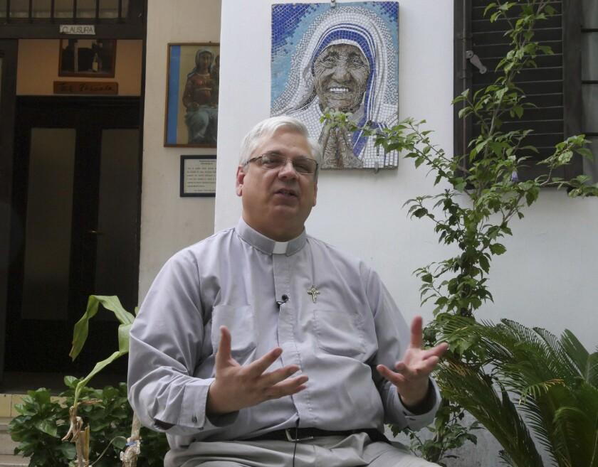 El reverendo Brian Kolodiejchuk, promotor de la causa de beatificación de la Madre Teresa, es entrevistado por The Associated Press frente a un mosaico de Teresa en la casa de la rama sacerdotal de las Misioneras de Caridad en Roma. (AP Foto/Giulia Sabella)