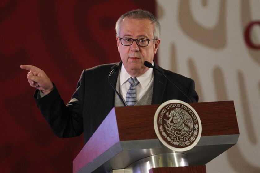 El secretario de Hacienda y Crédito Público, Carlos Urzúa Macías, habla durante una rueda de prensa en el Palacio Nacional de Ciudad de México (México). EFE/Archivo