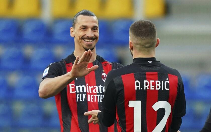 Ante Rebic del Milanfesteja con su compañero Zlatan Ibrahimovic