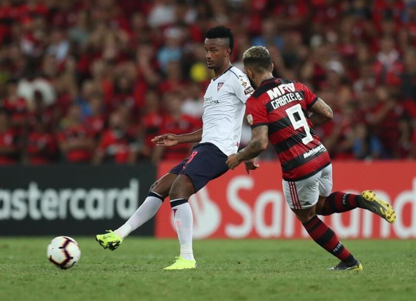 El jugador Gabriel Barbosa (d) de Flamengo disputa el balón con Orejuela (i) de LDU este miércoles, en un partido del grupo D de la Copa Libertadores entre Flamengo y Liga Deportiva Universitaria de Quito en el estadio Maracaná en la ciudad de Río de Janeiro (Brasil). EFE