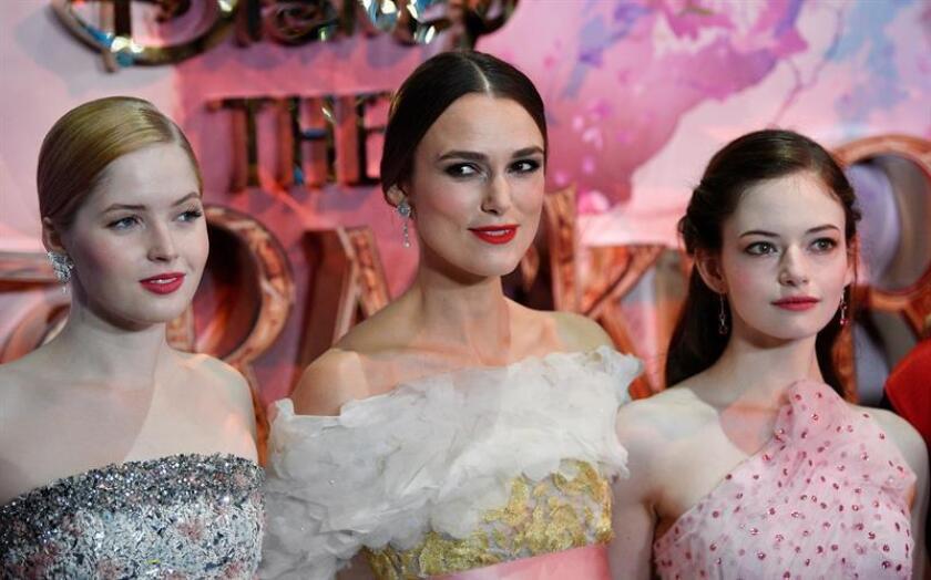 """Las actrices británicas Keira Knightley (c) y Ellie Bamber (izda) y la estadounidense Mackenzie Foy, posan para los medios a su llegada al estreno europeo de """"The Nutcracker and the Four Realms"""" en Londres, Reino Unido, el 1 de noviembre del 2018. EFE"""