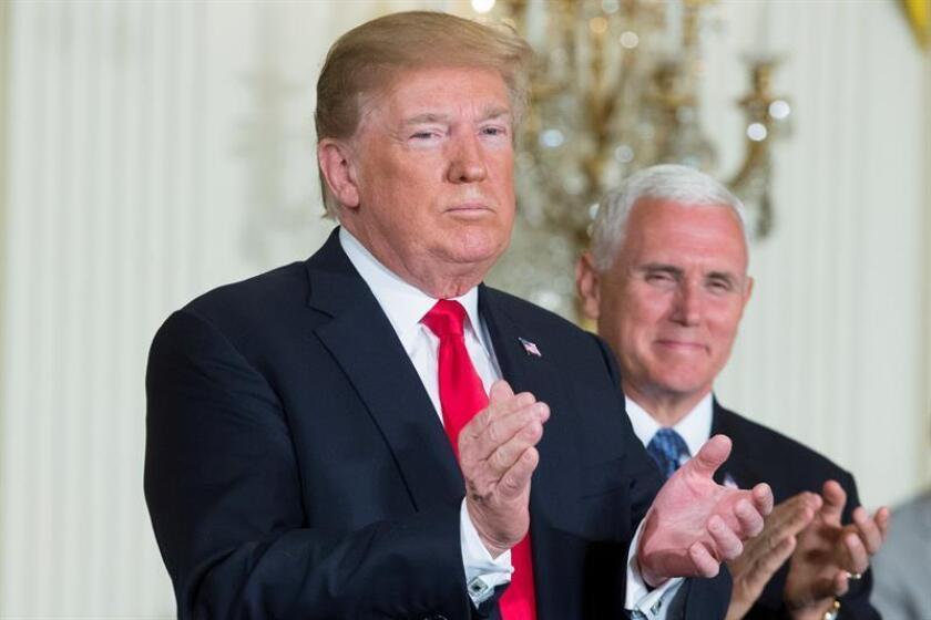 El presidente de EE. UU, Donald Trump (i), y el vicepresidente, Mike Pence (d), aplauden durante una reunión en la Casa Blanca, en Washington (EE.UU). EFE/Archivo