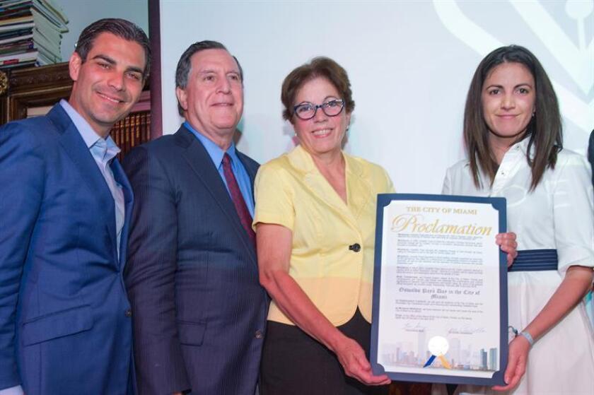 El comisionado de la ciudad de Miami, Joe Carollo (2i), el alcalde de la ciudad, Francis Suárez (i), posan junto a la viuda de Oswaldo Paya, Ofelia Acevedo (2d) y su hija Rosa María Paya (d), tras la entrega de la entrega de la proclamación del día de Oswaldo Paya hoy, miércoles 28 de febrero de 2018, en el Museo de las Artes CubaOcho, en La Pequeña Habana de Miami (EE.UU.). EFE