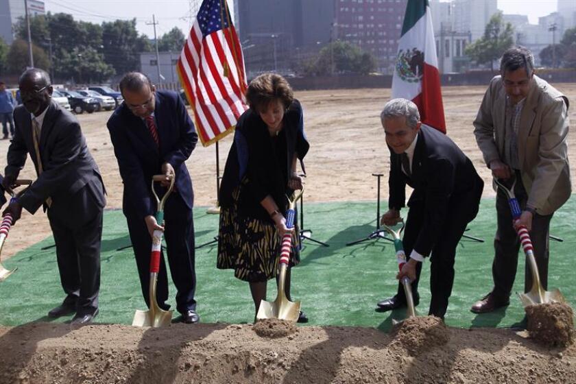 La embajadora de los Estados Unidos en México, Roberta Jacobson (c), el secretario mexicano de Gobernación, Alfonso Navarrete (2-i), y el jefe de Gobierno de Ciudad de México, Miguel Ángel Mancera (2-d), participan en la ceremonia de colocación de la primera piedra para una nueva sede de la Embajada de los Estados Unidos hoy, martes 13 de febrero de 2018, en Ciudad de México (México). EFE