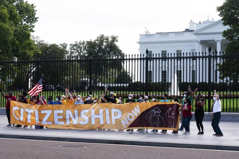 Manifestantes se arriesgan a hacer arrestados durante una protesta frente a la Casa Blanca,