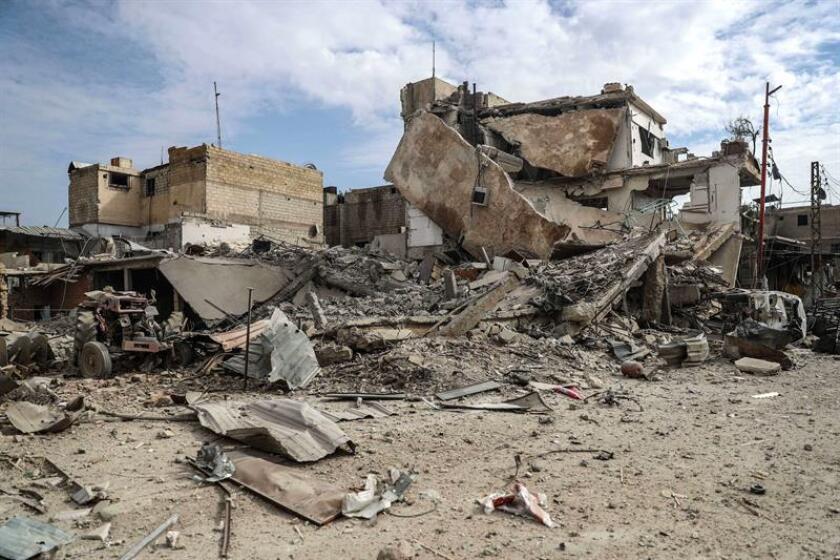 Edificios destruídos tras un bombardeo al este de Guta, en Duma en Siria, hoy, 20 de febrero de 2018. Al menos 66 civiles, entre ellos 15 menores, murieron hoy por ataques aéreos y de artillería contra distintas partes de Guta Oriental, el principal bastión opositor de las afueras de Damasco, según el Observatorio Sirio de Derechos Humanos. EFE