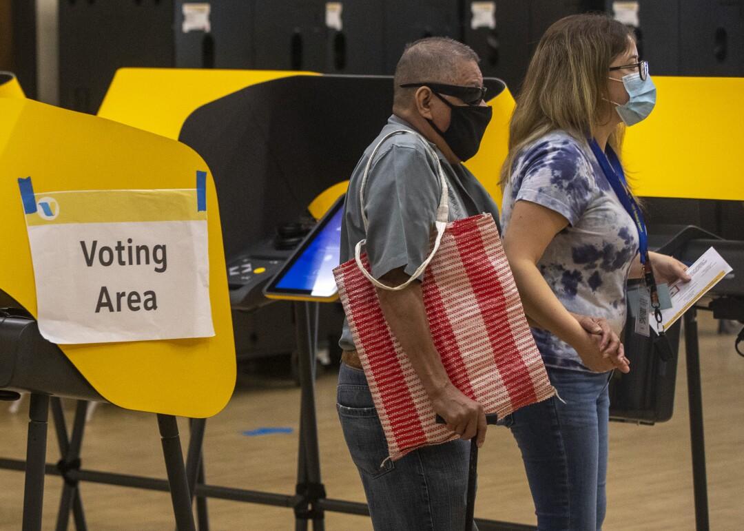 Wähler geben ihre Stimmen ab und geben Stimmzettel im Boyle Heights Senior Center ab