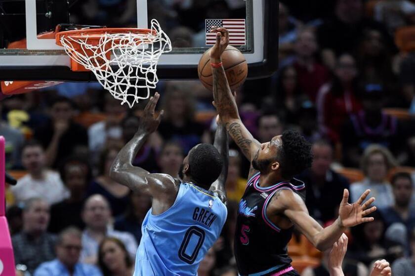 JaMychal Green (izq) de Memphis Grizzlies y Derrick Jones Jr (dcha) de Miami Heat pelean por un rebote durante un partido de baloncesto de la NBA en el AmericanAirlines Arena de Miami, Florida (EE.UU.) EFE