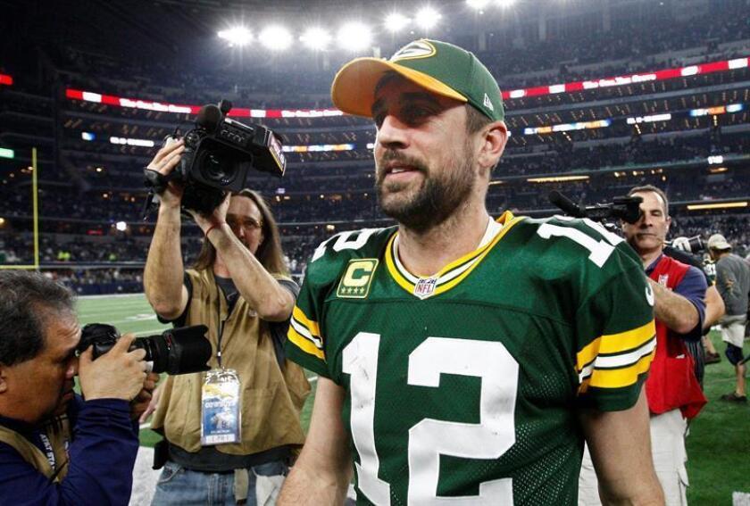 En la imagen, el mariscal de campo de los Packers de Green Bay, Aaron Rodgers (C). EFE/Archivo