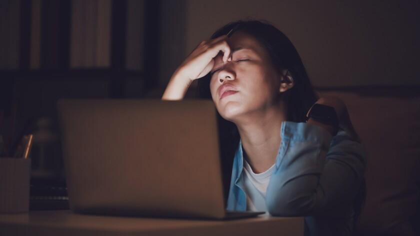 Una mujer trabaja hasta altas horas de la noche en su ordenador.