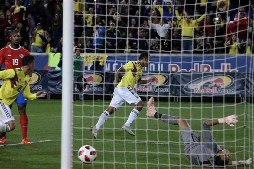 Carlos Bacca (c) de Colombia anota un gol ante Costa Rica durante un partido amistoso internacional entre Costa Rica y Colombia que se celebra en el estadio Red Bull de Nueva Jersey (EE.UU.). EFE