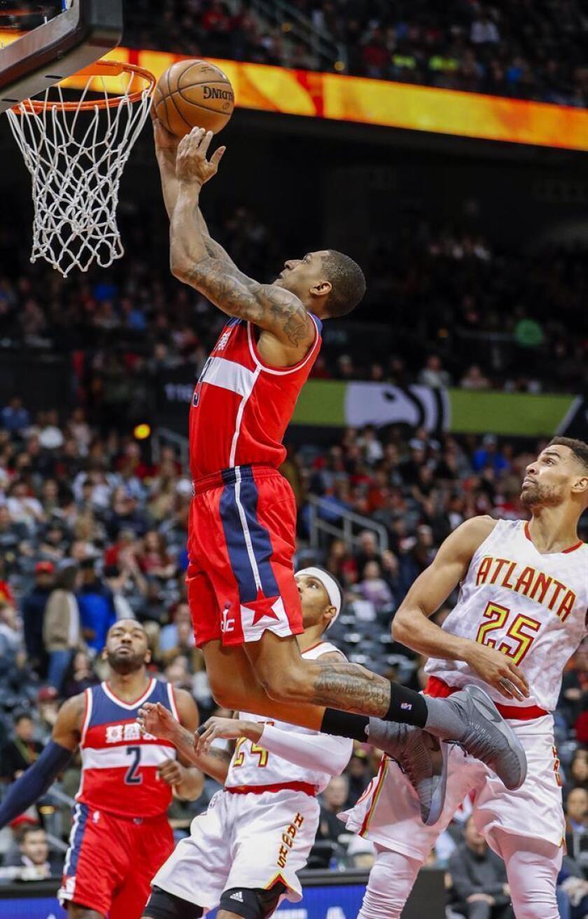 Bradley Beal (i), de los Washington Wizards, durante un partido de la NBA el pasado sábado. EFE