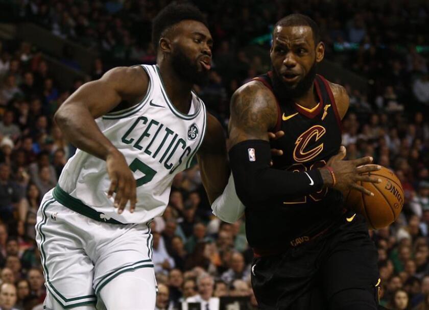 El jugador LeBron James (d) de Cleveland Cavaliers protege el balón ante la marca de Jaylen Brown (i) de Boston Celtics, durante un juego entre Cleveland Cavaliers y Boston Celtics de la NBA, que se disputa en el TD Garden, en Boston, Massachusetts (Estados Unidos). EFE