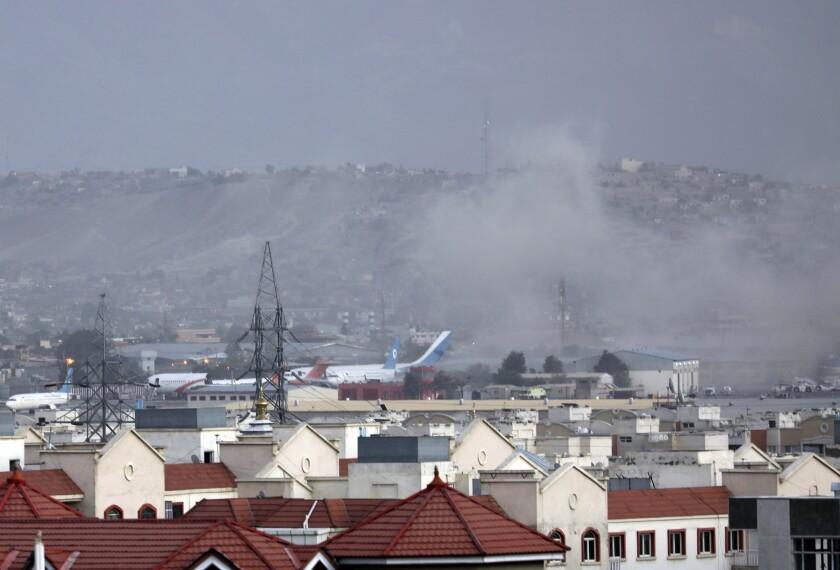 دود ناشی از انفجار در مقابل فرودگاه کابل افغانستان بلند می شود