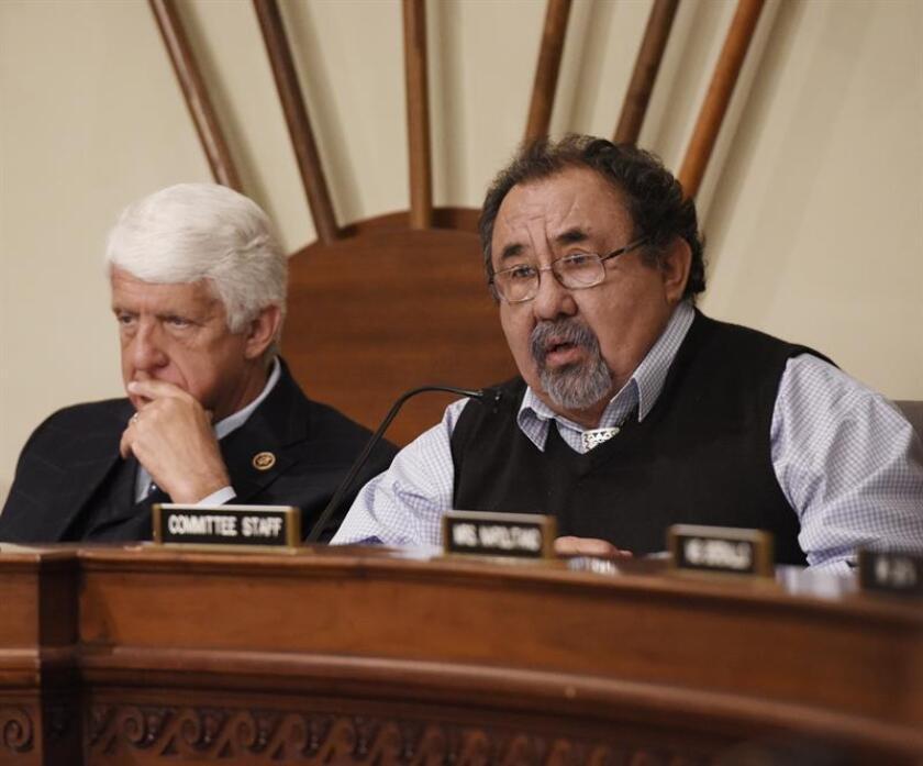 El congresista (R-MI) presidente del Comité de Recursos Naturales de Estados Unidos Rob Bishop (i) y Raul Grijalva (d) durante una conferencia de prensa. EFE/Archivo