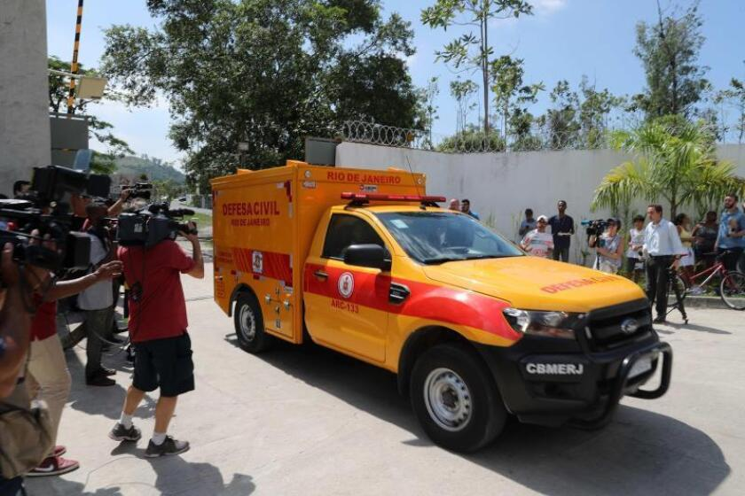 Un coche de la Defensa Civil de Río de Janeiro transporta un cuerpo tras el incendio registrado en la madrugada de este viernes, en el centro de entrenamiento del club de fútbol Flamengo, en Río de Janeiro (Brasil). EFE