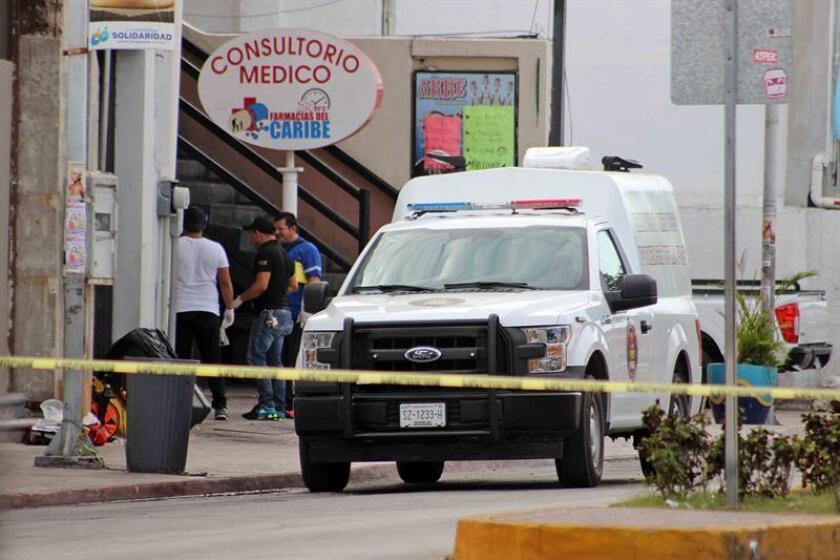 Peritos forenses trabajan en la zona donde fue asesinado el reportero Rubén Pat Cahuich el pasado martes 24 de julio de 2018, en el centro de la localidad turística de Playa del Carmen, Quintana Roo (México), según informaron las autoridades municipales y policiales. EFE