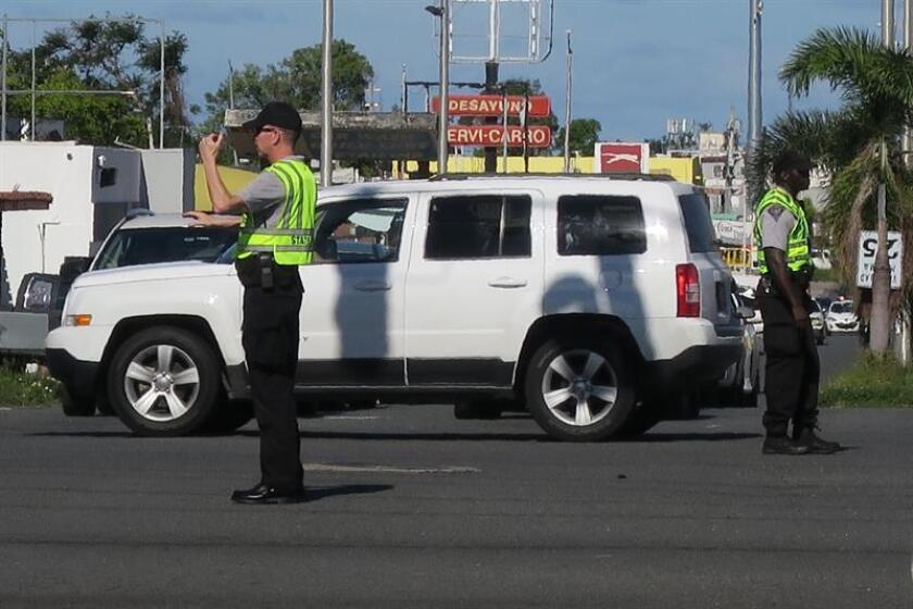 Policías estadounidenses enviados a la isla para reforzar a los policías locales trabajan el 2 de enero de 2018, en San Juan (Puerto Rico).