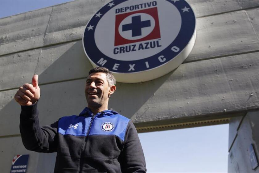 El portugués Pedro Caixinha saluda a los asistentes hoy, lunes 11 de de diciembre de 2017, Ciudad de México (México), durante su presentación como nuevo director técnico del equipo Cruz Azul. EFE