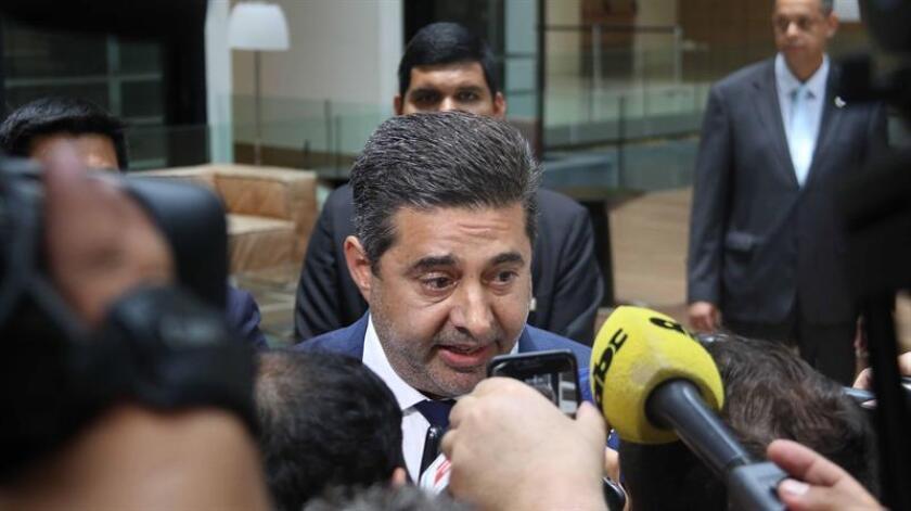 El presidente de Boca Juniors, Daniel Angelici (c), responde preguntas de la prensa luego de una reunión privada en la sede de la Conmebol, en Luque (Paraguay). EFE
