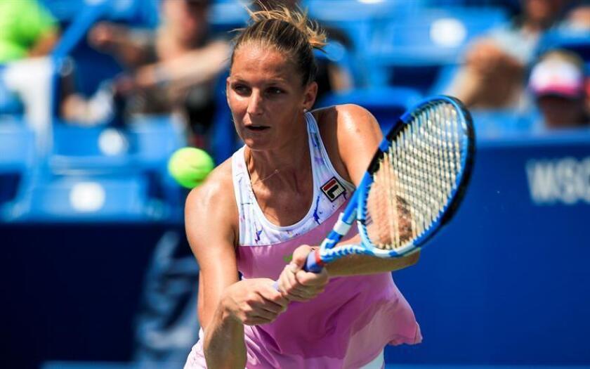 Karolina Pliskova de República Checa devuelve una bola a Agnieszka Radwanska de Polonia hoy, martes 14 de agosto de 2018, durante un partido del Masters de Cincinnati en el Centro de Tenis Family en Mason (EE.UU.). EFE