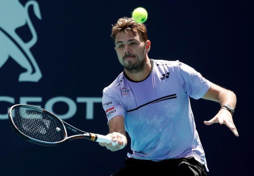 El tenista suizo Stan Wawrinka fue registrado este sábado al devolverle una bola al serbio Filip Krajinovic, durante un partido de la segunda ronda del Abierto de Miami, en Miami (Florida, EE.UU.). EFE