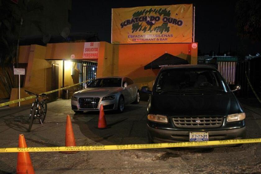 Peritos forenses y policías federales y estatales investigan este miércoles 11 de enero de 2017 el restaurante de comida brasileña donde un grupo armado irrumpió, en la ciudad de Zapopan, en el estado de Jalisco (México). EFE
