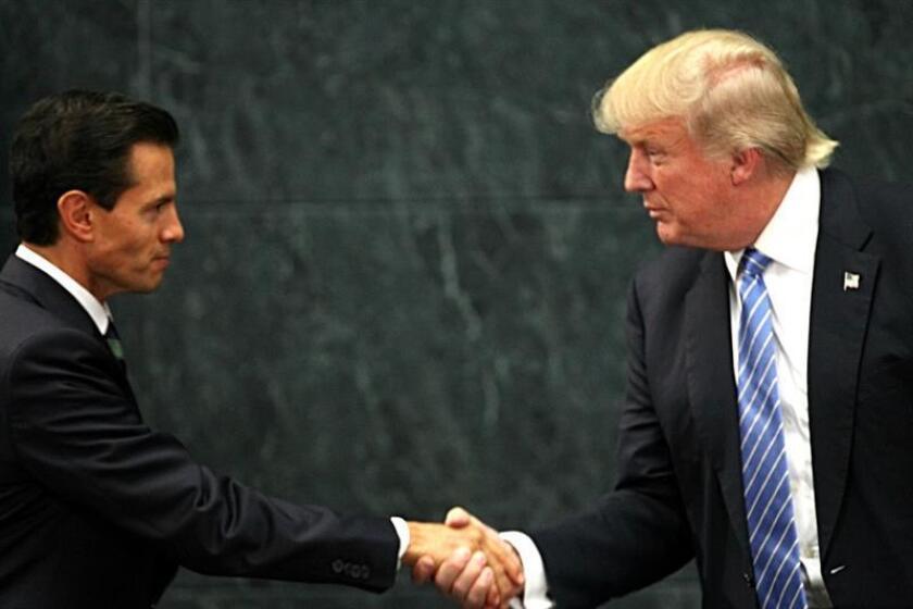 El presidente de México, Enrique Peña Nieto (i) estrecha la mano de su homólogo estadounidense Donald Trump (d). EFE/Archivo