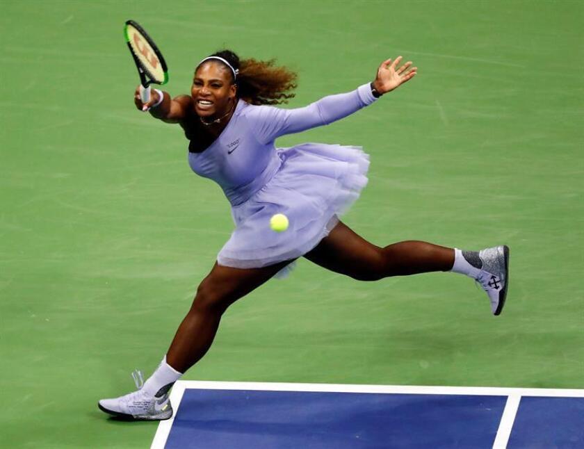 La tenista estadounidense Serena Williams fue registrada este miércoles al devolverle una bola a la alemana Carina Witthoeft, durante un partido de segunda ronda del Abierto de Tenis de Estados Unidos 2018, en el Centro Nacional de Tenis USTA de Flushing Meadows (Nueva York, EE.UU.). EFE