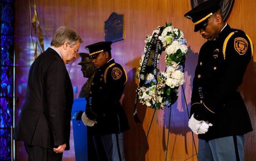El secretario general de las Naciones Unidas, el portugués António Guterres (i), rinde tributo a los 21 trabajadores de la ONU muertos en el reciente accidente de avión en Etiopía, este viernes en Nueva York (Estados Unidos). EFE