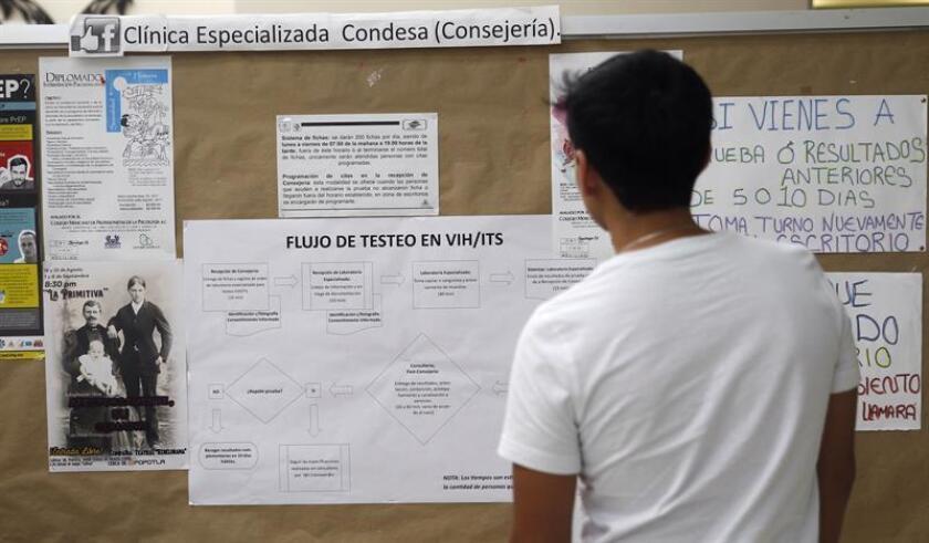 Fotografía de archivo fechada el 24 de agosto de 2018 que muestra a un joven mientras observa información relacionada al virus VIH, en una clínica especializada de Ciudad de México (México). EFE/ARCHIVO