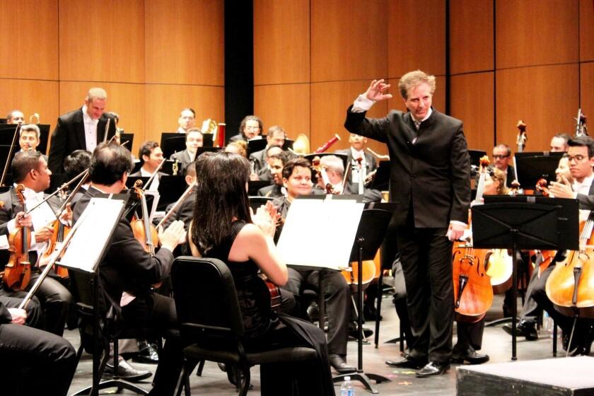 Al medio, Marco Parisotto, director de la Orquesta Filarmónica de Jalisco, durante la presentación de anoche en la Universidad del Sur de California.