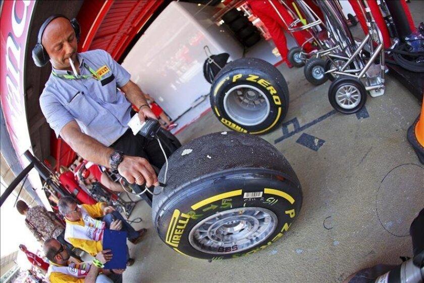 Un técnico de Pirelli revisa los neumáticos. EFE/Archivo